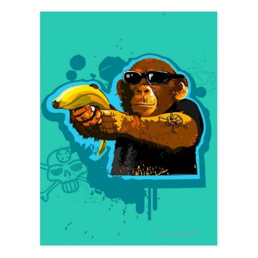 Chimpancé que sostiene un plátano postales