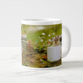 Chipmunk adorable en una taza taza grande