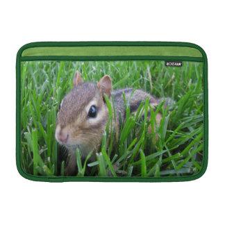 Chipmunk en la hierba fundas para macbook air