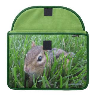 Chipmunk en la hierba funda macbook pro