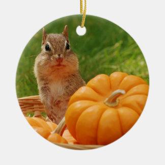 Chipmunk lindo del otoño adorno navideño redondo de cerámica