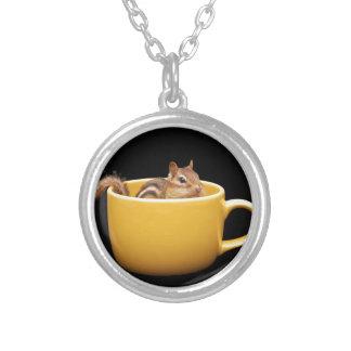 Chipmunk lindo estupendo de la taza de café colgante redondo