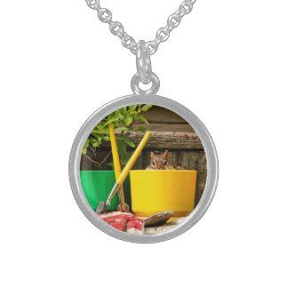 Chipmunk que cultiva un huerto lindo collares de plata esterlina
