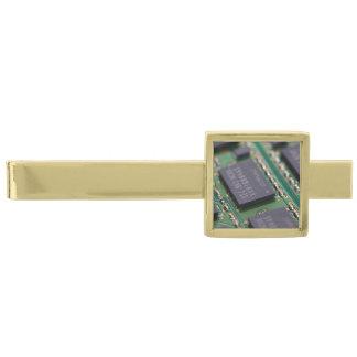 Chips de memoria del ordenador alfiler de corbata dorado