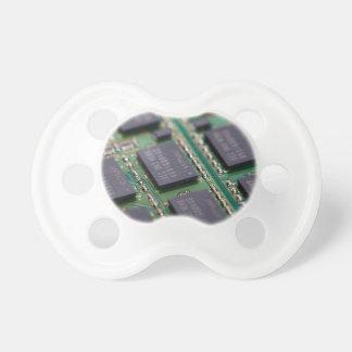 Chips de memoria del ordenador chupete de bebe