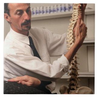Chiropractor y paciente azulejos ceramicos