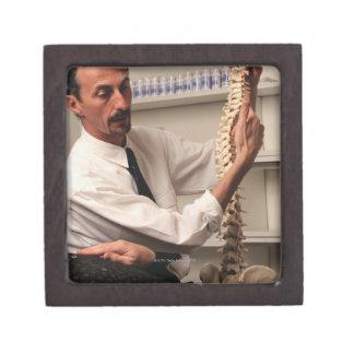 Chiropractor y paciente cajas de recuerdo de calidad