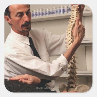 Chiropractor y paciente calcomanía cuadradas