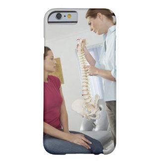 Chiropractor y paciente. El chiropractor es Funda De iPhone 6 Barely There