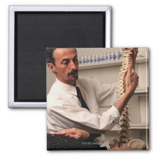 Chiropractor y paciente imán de frigorífico