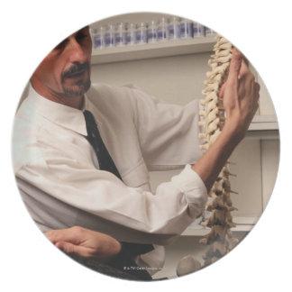 Chiropractor y paciente platos de comidas