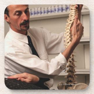 Chiropractor y paciente posavasos de bebida