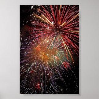 Chispas coloridas de los fuegos artificiales póster