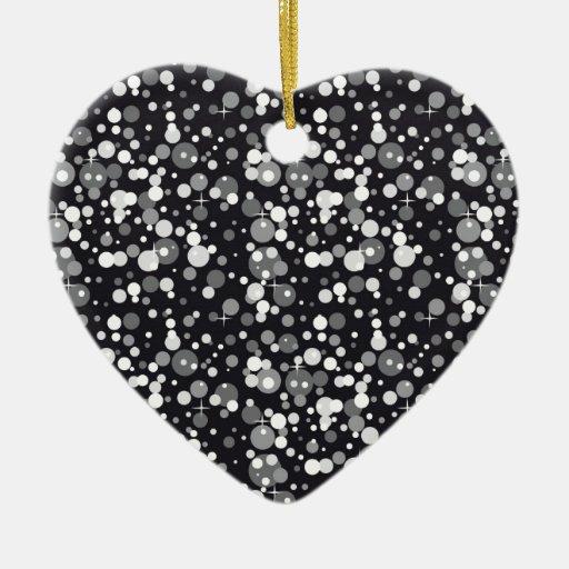 Chispas del negro adorno navideño de cerámica en forma de corazón