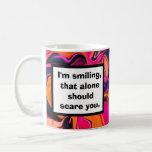 chiste asustadizo de la sonrisa taza de café