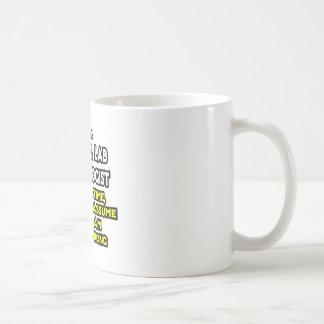 Chiste clínico de la tecnología del laboratorio. taza de café