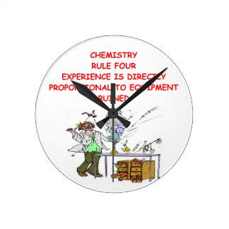 chiste de la química reloj redondo mediano