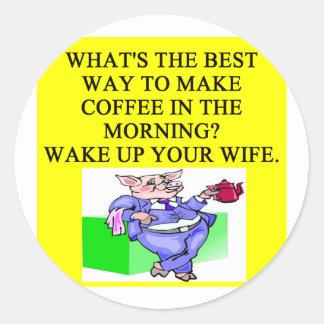 chiste del café del cerdo chauvinista masculino etiquetas redondas