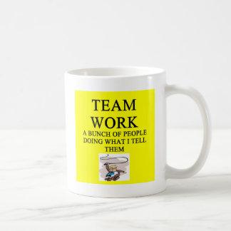 chiste del trabajo del equipo taza básica blanca