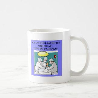 chiste demoníaco del doctor/del cirujano taza básica blanca