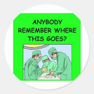 chiste divertido del médico pegatina redonda