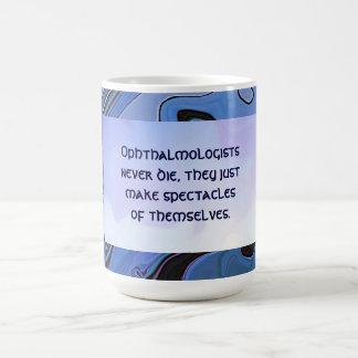chiste divertido del oculista taza