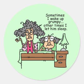 Chistoso deje el sueño gruñón pegatina redonda