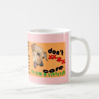 Chiweenie no cuida tazas de café