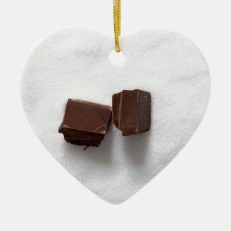 Chocolate con el azúcar como fondo adorno navideño de cerámica en forma de corazón