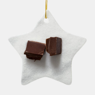 Chocolate con el azúcar como fondo adorno navideño de cerámica en forma de estrella