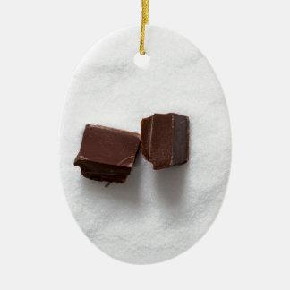 Chocolate con el azúcar como fondo adorno navideño ovalado de cerámica