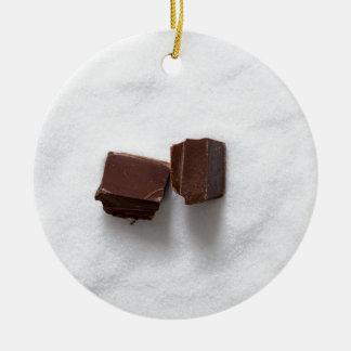 Chocolate con el azúcar como fondo adorno navideño redondo de cerámica