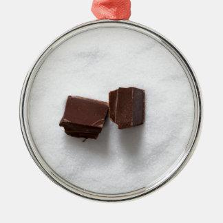 Chocolate con el azúcar como fondo adorno navideño redondo de metal