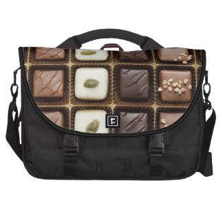 Chocolate de lujo hecho a mano en una caja bolsa de ordenador