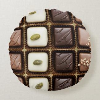 Chocolate de lujo hecho a mano en una caja cojín redondo