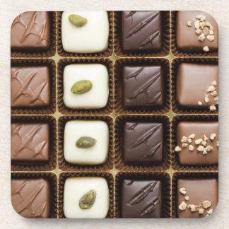 Chocolate de lujo hecho a mano en una caja posavasos