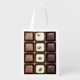Chocolate de lujo hecho a mano en una caja bolsas para la compra