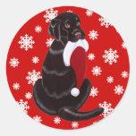 Chocolate Labrador con el copo de nieve del gorra  Etiqueta Redonda