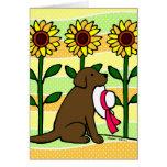 Chocolate Labrador del verano con los girasoles Felicitaciones