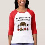 Chocolate Labrador que le mira Camisetas