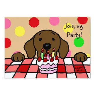 """Chocolate Labrador que le mira cumpleaños Invitación 5"""" X 7"""""""