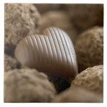 chocolate nestled entre otros chocolates azulejo ceramica