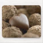 chocolate nestled entre otros chocolates tapetes de ratones