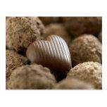 chocolate nestled entre otros chocolates tarjetas postales