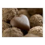 chocolate nestled entre otros chocolates tarjeton