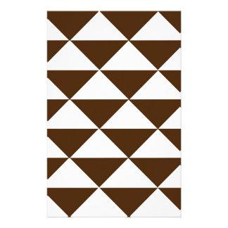 Chocolate oscuro y triángulos blancos papelería personalizada