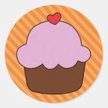 Chocolate y magdalena rosada con el corazón pegatina redonda