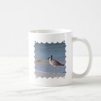 Chorlito de la playa taza básica blanca
