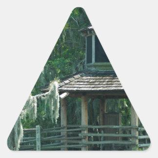 Choza cubierta de musgo pegatina triangular