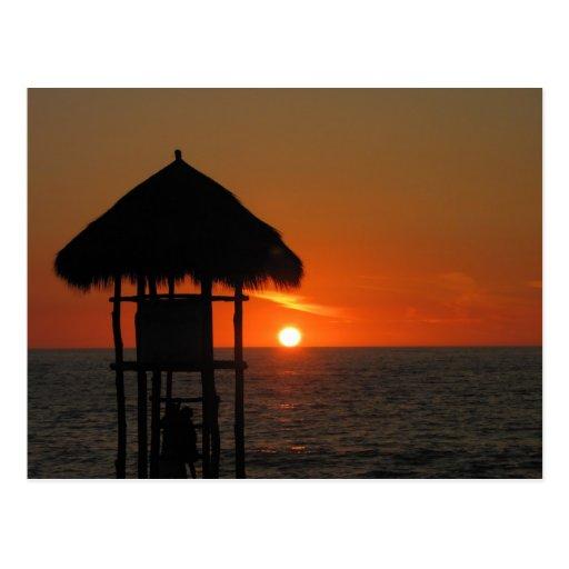 Choza del salvavidas en la puesta del sol tarjeta postal